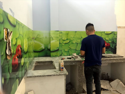 kính cường lực dán tường bếp